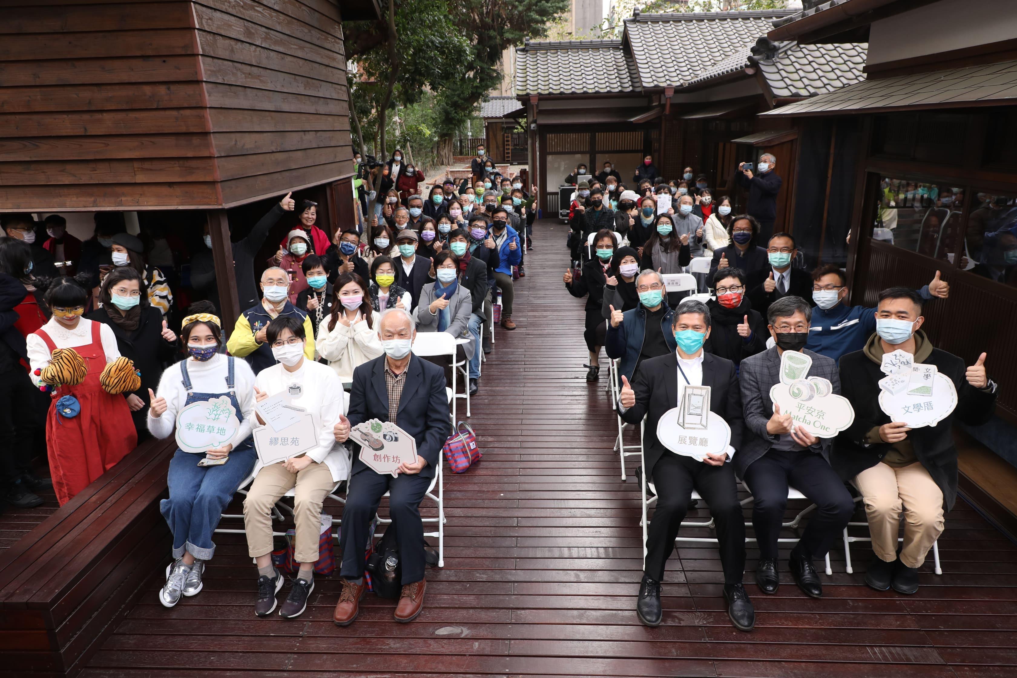 現場貴賓一同合影,為臺灣文學基地獻上祝福。